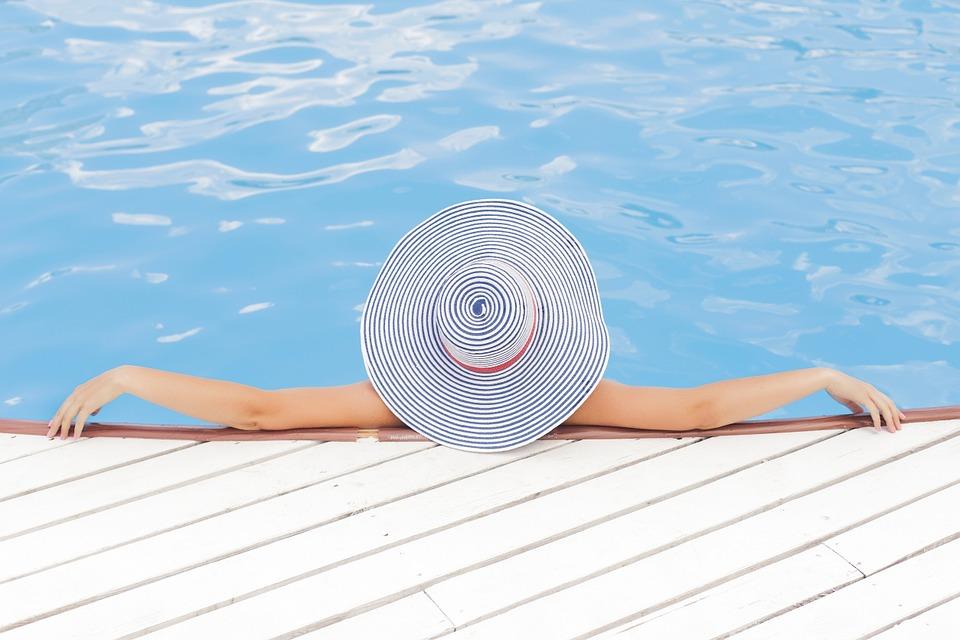 vrouw met hoed zwembad